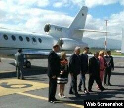 Díaz Canel a su llegada a Quito en un avión de PDVSA.