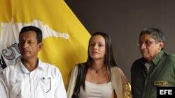 Guerrilleros de las FARC, la holandesa Tanja Nijmeijer (c), Fidel Rondón (i) y Jairo Martínez (d) participan en una rueda de prensa en La Habana.
