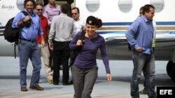 Fotografía cedida por la agencia de noticias Anncol que muestra a la guerrillera holandesa de las FARC, Tanja Nijmeijer (c), llegando a La Habana (Cuba).