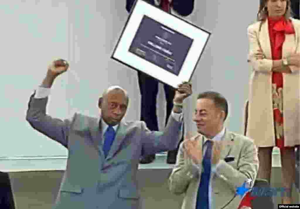 Fariñas recibe finalmente su premio.