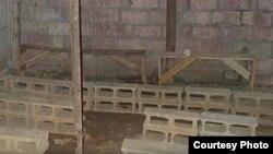 A veces en lugar de bancas los asientos son bloques de concreto, pero las casas-culto se llenan (foto Echo Cuba).