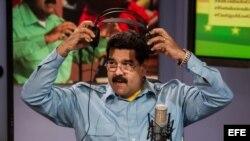 """El presidente de Venezuela, Nicolás Maduro, presenta su programa radial y televisivo """"En contacto con Maduro""""."""