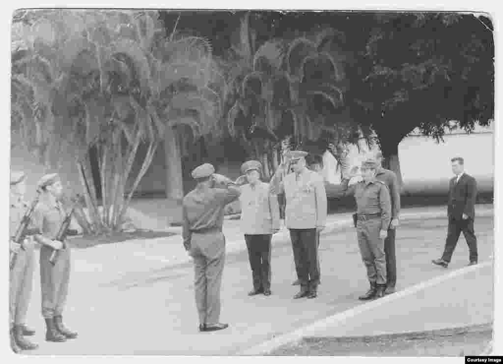 Raúl Castro (der) junto al Mariscal Andrei A. Grechko (centro), ministro de defensa de la URSS.