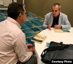 Mario Escobar (d) entrevistado por Luis Leonel León (Cortesía Harper Collins).