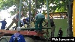 Trabajadores cubanos intentan reparar las lámparas dañadas.
