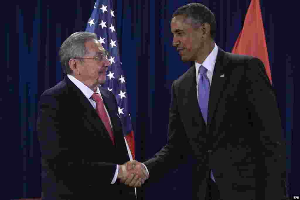 Barack Obama se reúne con su homólogo cubano, Raúl Castro, en la sede de las Naciones Unidas en Nueva York. EFE