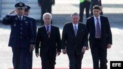 El presidente de Cuba, Raúl Castro (2 d), llega el viernes 25 de enero al Aeropuerto Internacional de Santiago de Chile.