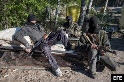 Dos manifestantes prorrusos vigilan un punto de control cerca de Krasnyi Liman, Donetsk, Ucrania, hoy, jueves 24 de abril del 2014.