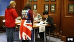 Dos mujeres votan hoy, domingo 10 de marzo de 2013, en un puesto electoral en Puerto Stanley (Malvinas).