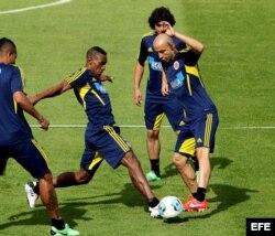Los jugadores de la selección Colombia de fútbol Amaranto Perea (i) y Elkin Soto (d) participan en un entrenamiento del equipo.