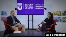 Rosa María Payá (d) responde preguntas en la Universidad Francisco Marroquín (UFM), en Ciudad de Guatemala.