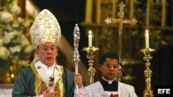 El cardenal de Lima, Juan Luis Cipriani (Izq.).