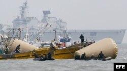 Miembros de los servicios de rescate continúan trabajando en los alrededores del lugar donde naufragó el buque surcoreano Sewol en Jeolla (Corea del Sur)21 de abril de 2014.