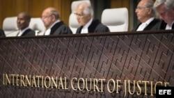 El presidente de la Corte Internacional de Justicia (CIJ), el francés Ronny Abraham (2-i), se pronuncia sobre su competencia en el ligitio marítimo entre Bolivia y Chile en La Haya, Holanda, hoy 24 de septiembre de 2015.