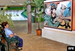 Una mujer observa una foto de Fidel Castro, en La Habana, Cuba.