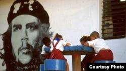 Escolares cubanos bajo el ojo vigilante del Che Guevara (Foto Mike Keran)