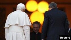 El papa Benedicto XVI se reunió e intercambió regalos este martes con el gobernante cubano Raúl Castro en el Palacio de la Revolución de La Habana