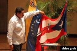 Nicolás Maduro acaricia la bandera de Puerto Rico convencido de que es la de Cuba
