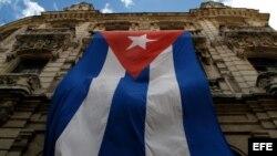 Una bandera cubana ondea en la fachada de un edificio de La Habana.