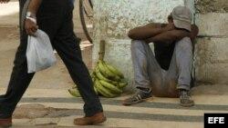 Un hombre duerme en una calle de La Habana.