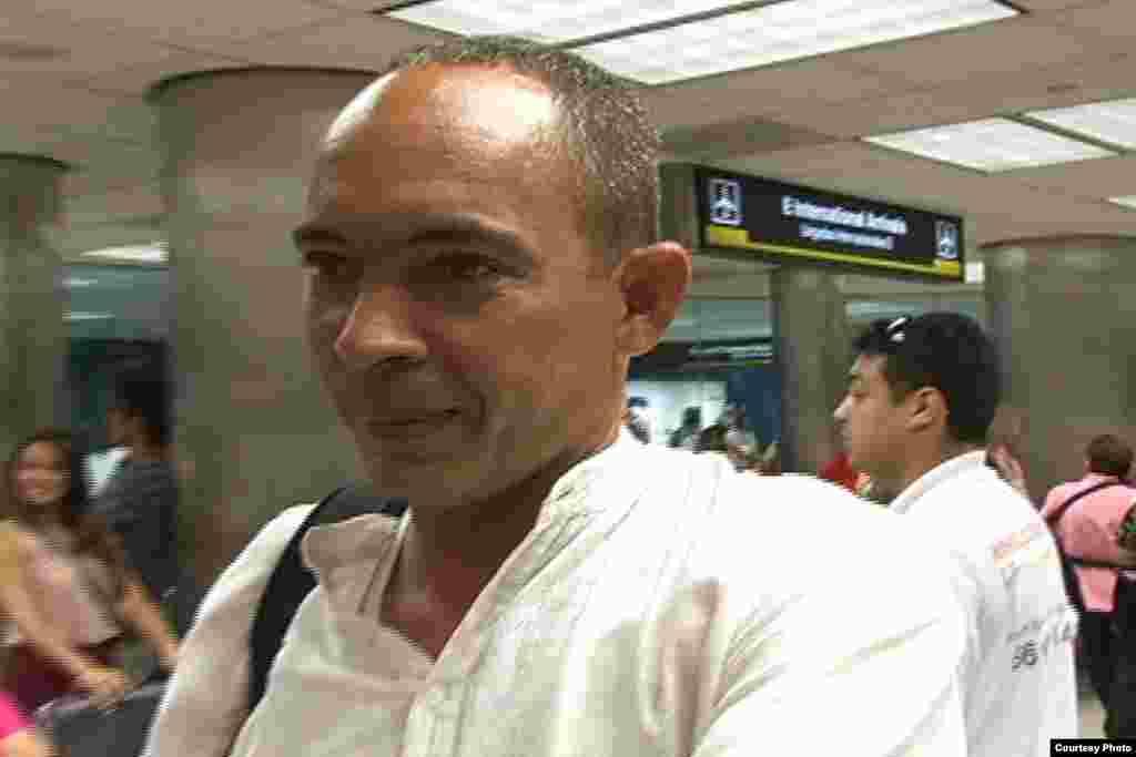 El disidente y médico cubano Darsi Ferrer el jueves 28 de junio de 2012 a su llegada desde Cuba al Aeropuerto Internacional de Miami