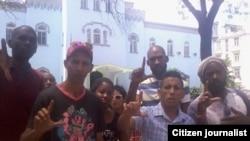 Reporta Cuba. Protesta frente a la policía. Foto: Arcelio Molina.