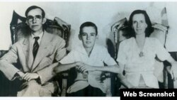 Camilo Cienfuegos junto a sus padres.