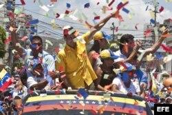 El candidato de la oposición venezolana Henrique Capriles (c) saluda durante su visita el jueves 4 de abril de 2013, a Porlamar, Nueva Esparta (Venezuela).