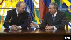 El presidente ruso Vladimir Putin junto al gobernante Raúl Castro. (Archivo)