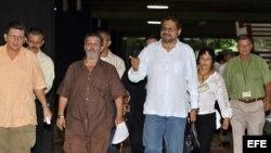 """Los miembros de la delegación de las Fuerzas Armadas Revolucionarias de Colombia (FARC) en los diálogos de paz con el Gobierno colombiano Jorge Torres Victoria, alias """"Pablo Catatumbo"""" (i), Luciano Marín Arango, alias """"Iván Márquez"""" (2d) y Luis Alberto Al"""