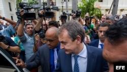 El expresidente de España Jose Luis Rodríguez Zapatero (c) sale de una reunión con la oposición venezolana.