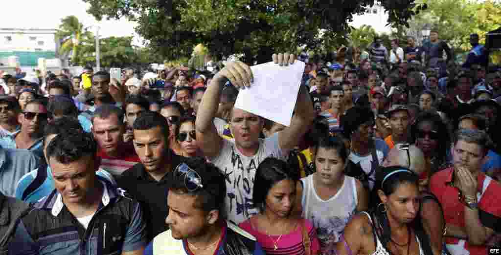 Cientos de cubanos protestan frente a la embajada de Ecuador en Cuba tras el anuncio de exigir visa a todo cubano que entre como turista al país andino a partir del 1 de diciembre.