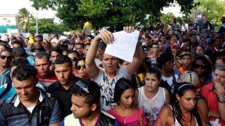Cientos de cubanos protestan frente a la embajada de Ecuador en Cuba tras el anuncio de exigir visa a todo cubano que ingrese como turista al país andino a partir del 1 de diciembre.