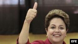 La presidenta brasileña (PT), Dilma Rousseff, en el momento de emitir su voto hoy, 5 de octubre, en la escuela pública Santos Dumont, en el barrio de Assunção de Porto Alegre.