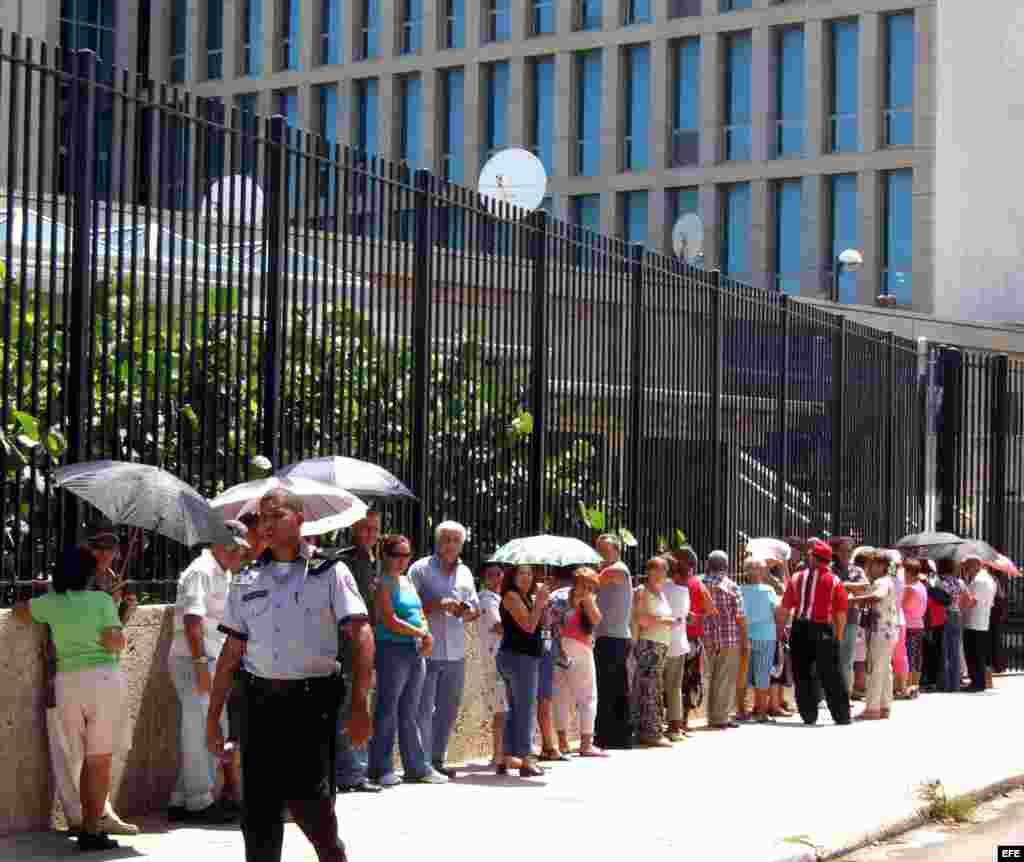 Archivo - Grupo de personas espera para solicitar visas en la entrada de la Sección de Intereses de EEUU (SINA, por sus siglas en inglés), en La Habana,Cuba.