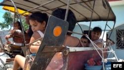 Una familia viaja en un coche halado por un caballo en la provincia de Las Tunas.