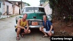 Imagen promocional de la web de la agencia de viajes que promociona los tours para gais y lesbianas.