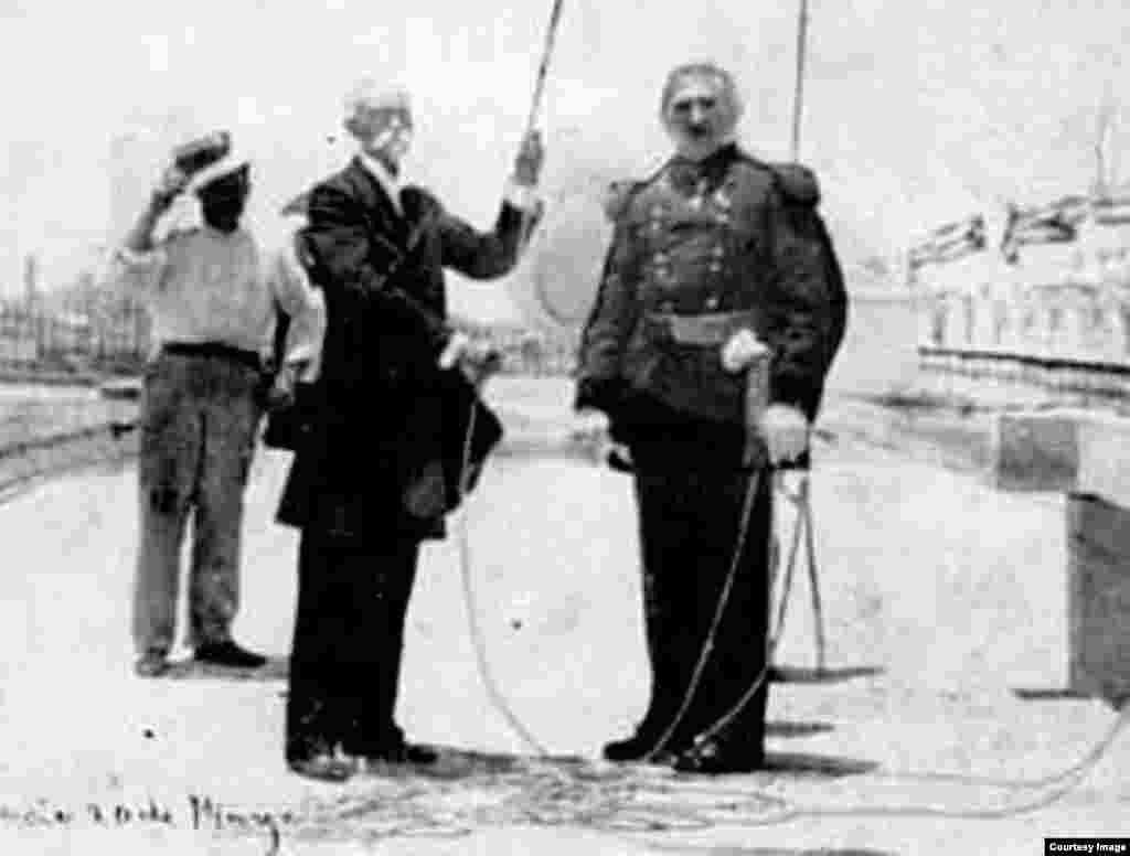 Máximo Gómez y el general Leonard Wood el 20 de mayo de 1902.
