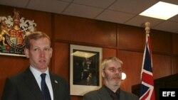 """El presidente de la Asamblea autónoma de las Malvinas, Gavin Short (d), y el secretario de Estado británico para Latinoamérica, Jeremy Browne, anuncian que las Malvinas celebrarán en 2013 un referéndum sobre su """"estatus político"""". EFE."""