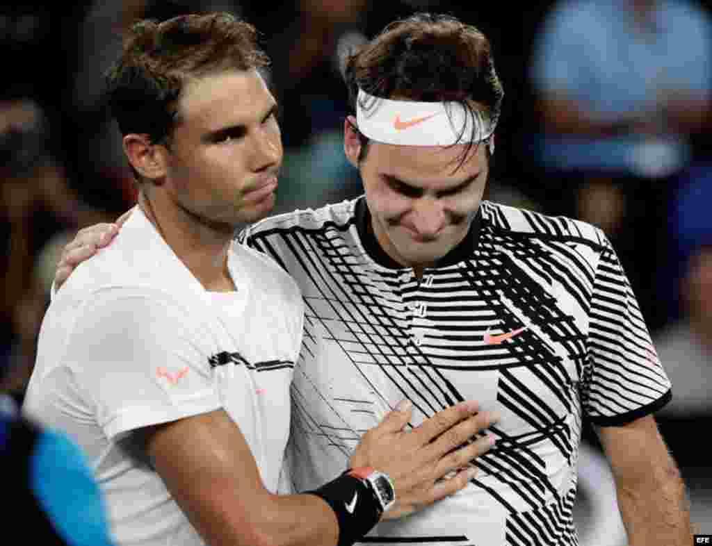 Roger Federer (d) es felicitado por Rafael Nadal (i) después de ganar su partido de individuales masculinos en el torneo de tenis Grand Slam de Australia, Australia, 29 de enero de 2017.