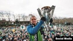 """Osvaldo """"Ozzie"""" Alonso con la copa del MLS. Tomado del Facebook de los Seatle Sounders."""
