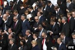 El vicepresidente cubano Miguel Díaz Canel a dos pasos del vicepresidente estadounidense Joe Biden en la misa solemne de inicio de pontificado del papa Francisco celebrada en la plaza de San pedro en el Vaticano hoy, martes 19 de marzo de 2013.