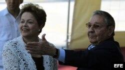 Raúl Castro (d), y Dilma Rousseff (i), inauguran el 27 de enero de 2014, a primera etapa del puerto del Mariel construido con financiación brasileña en Mariel (Cuba).