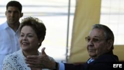 Raúl Castro (d), y la presidenta de Brasil, Dilma Rousseff (i), inauguran la primera etapa del puerto del Mariel construido con financiación brasileña en Mariel (Cuba).