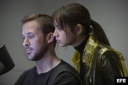 """Fotograma cedido donde aparece el actor Ryan Gosling como K y la actriz cubana Ana de Armas como Joi, durante una escena de la película """"Blade Runner 2049""""."""