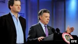 El presidente de Colombia, Juan Manuel Santos junto al Alto Comisionado para la Paz, Sergio Jaramillo, antes de que parta a La Habana. EFE