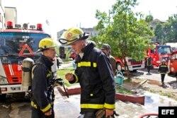 Bomberos en la escena del incendio.