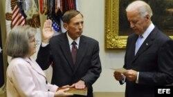 Fotografía de archivo del general David Petraeus (c) cuando juraba como director de la CIA, el 6 de septiembre de 2011, junto a su esposa Holly Petraeus (i) y al vicepresidente estadounidense, Joe Biden d).
