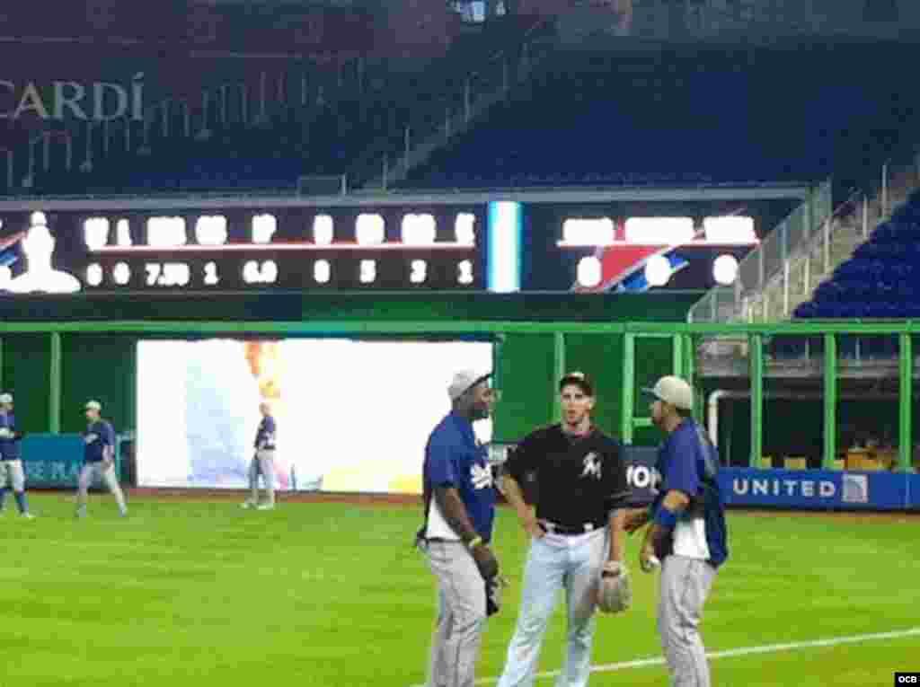 De izq a derecha Puig, el cubano Jose Fernández y el Mexicano Adrián Gonzalez en el Marlins Parks de Miami