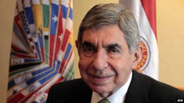 El expresidente de Costa Rica, Oscar Arias, habla durante una entrevista con Efe en Asunción, Paraguay.
